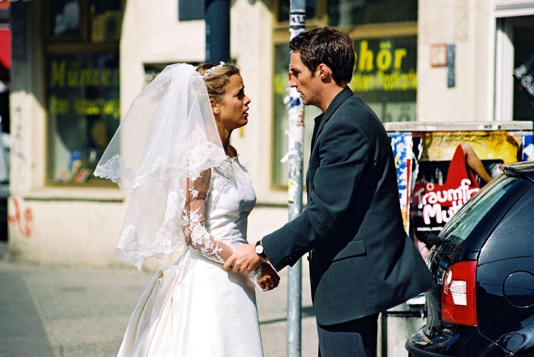 Hannes (Benjamin Sadler, r.) ist überrascht, Nina (Muriel Baumeister, l.) im Hochzeitskleid seiner Braut Karen zu sehen ... - Bildquelle: Noreen Flynn Sat.1