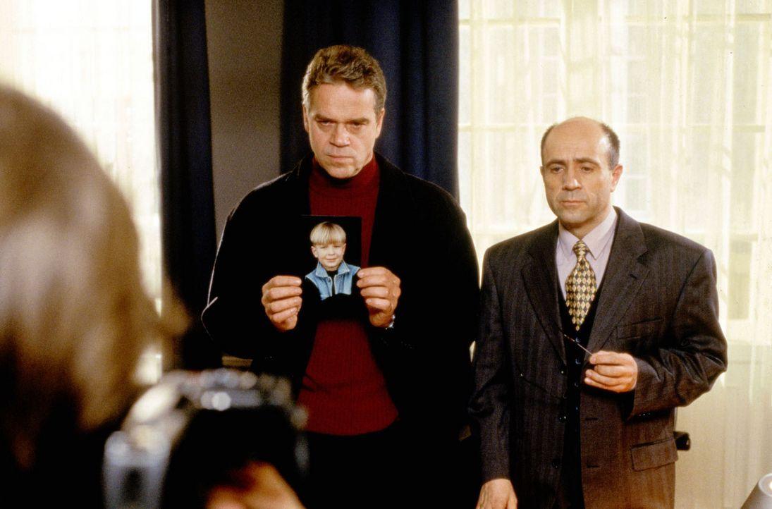 Hauptkommissar Wolff (Jürgen Heinrich, l.) und Staatsanwalt Fried (Gerd Wameling, r.) wenden sich mit dem Bild des verschwundenen siebenjährigen M... - Bildquelle: Kiermeir Sat.1