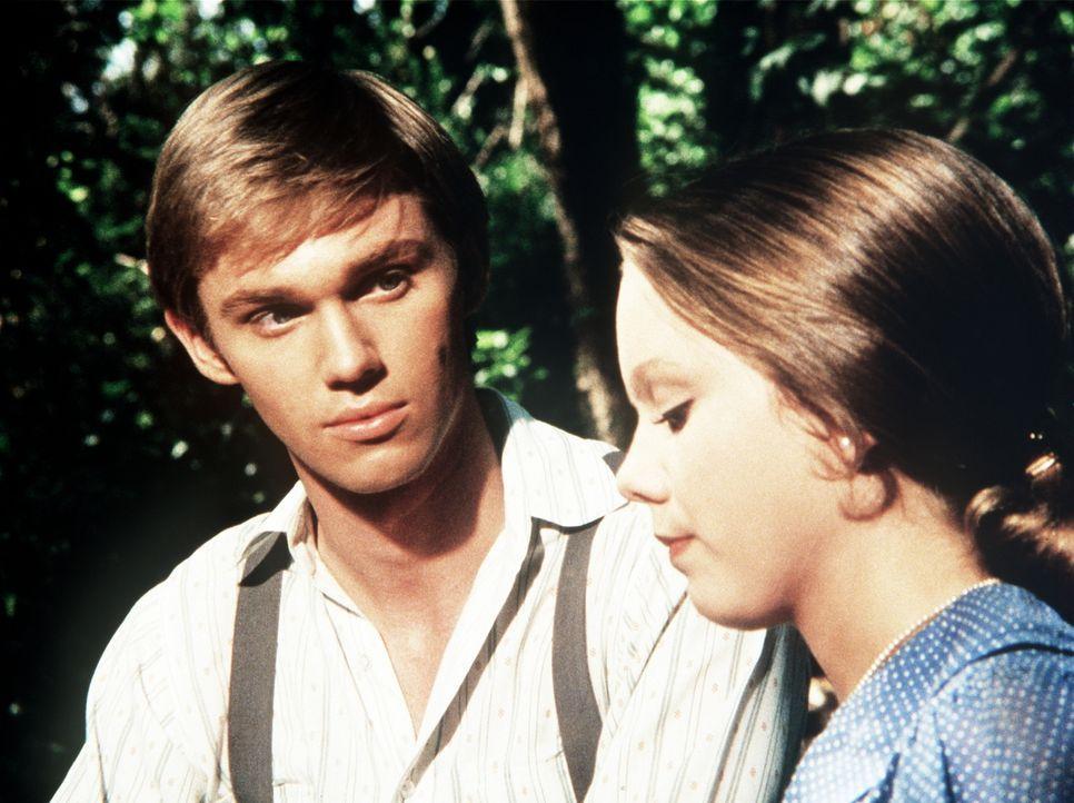 Die verwöhnte Alicia (Linda Purl, r.) erzählt John-Boy (Richard Thomas, l.), dass ihre Familie wieder in die Großstadt zurückkehren will ... - Bildquelle: WARNER BROS. INTERNATIONAL TELEVISION