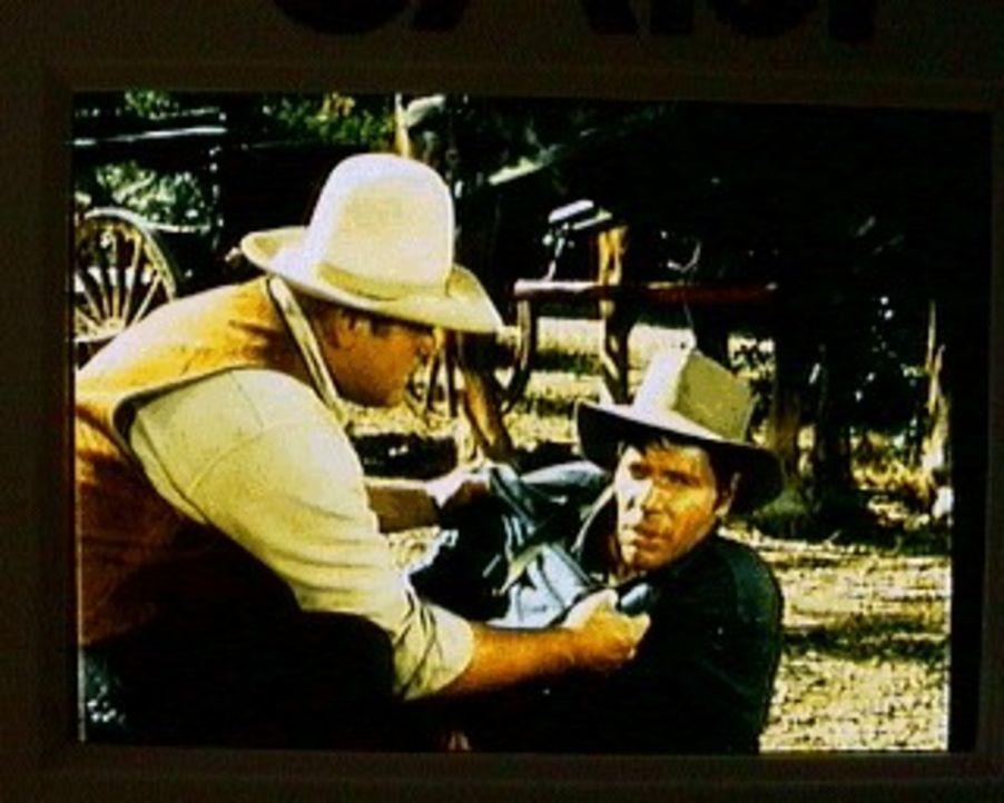 Hoss (Dan Blocker, l.) kümmert sich um den Vagabunden Sonny (Dick Peabody, r.), der den plötzlichen Tod seines Freundes Jessy nicht fassen kann. - Bildquelle: Paramount Pictures
