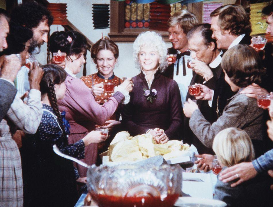 Die Bewohner von Walnut Grove gratulieren Nellie Oleson (Alison Arngrim, M.) zum Geburtstag. - Bildquelle: Worldvision