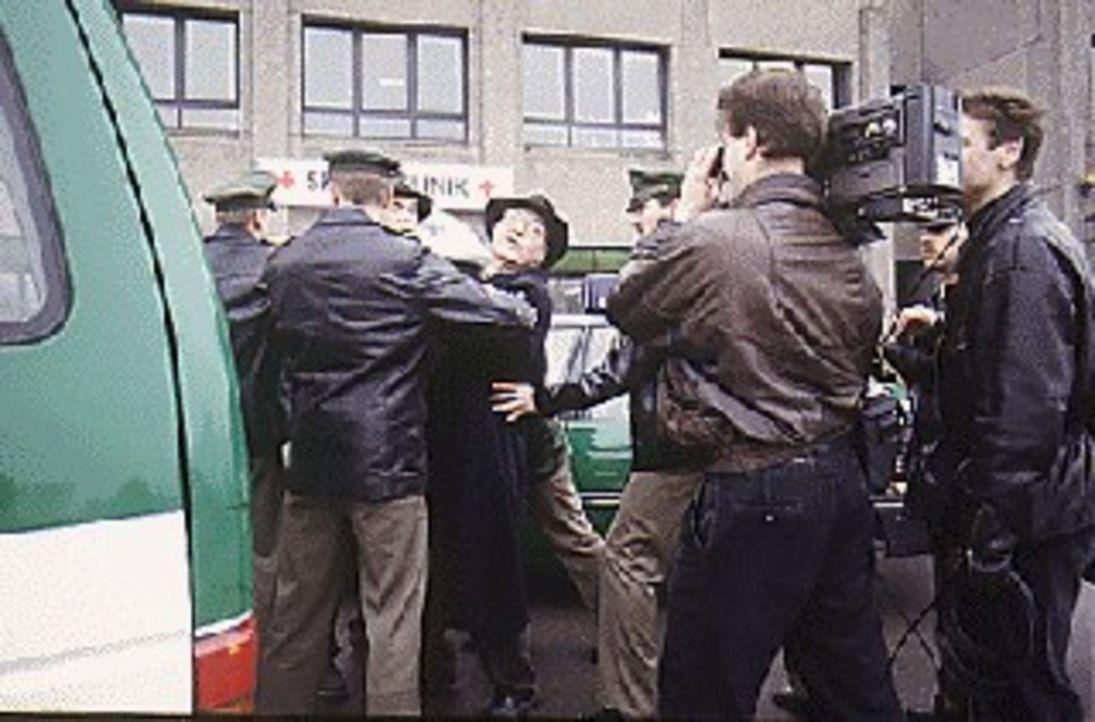Dr. Glowalla (Otto Mellies, M.) wird vor dem Krankenhaus verhaftet, als er den verzweifelten Eltern der krebskranken Natascha hilft, vor den von ihm... - Bildquelle: Alfred Steffen Sat.1