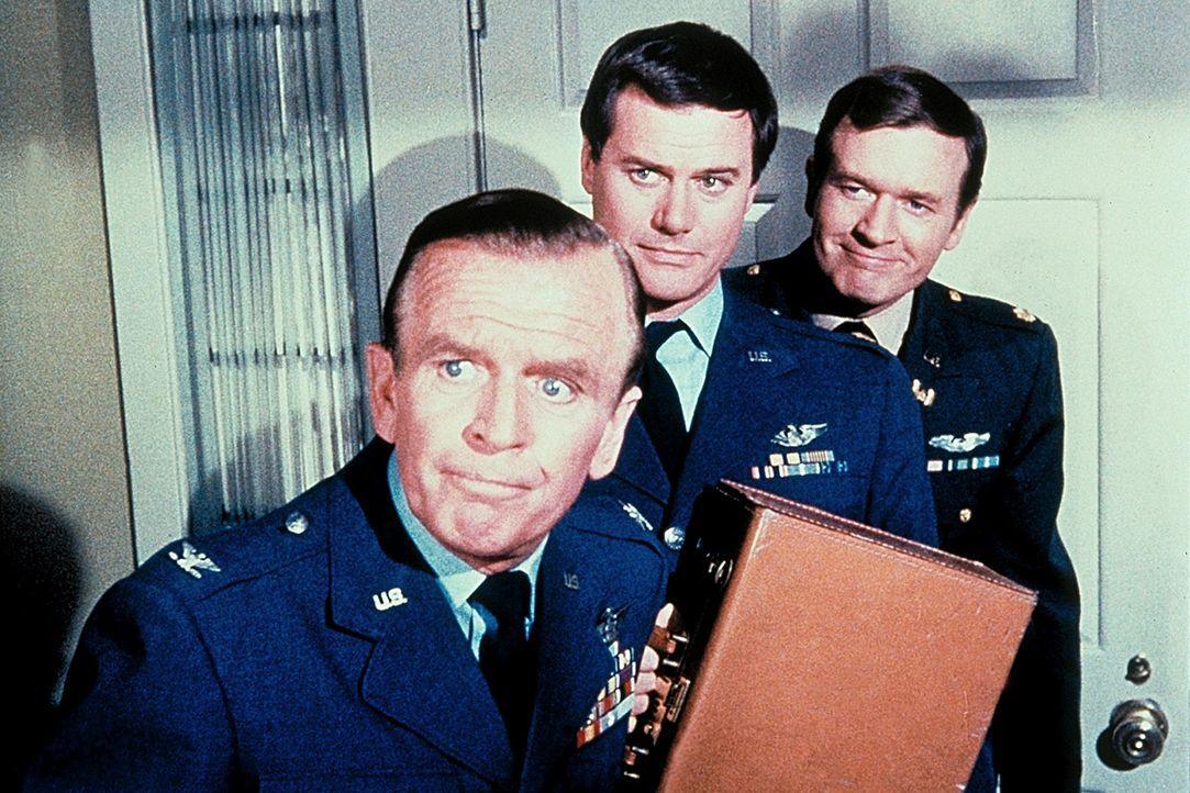 Tony (Larry Hagman, M.) kann aus seiner Schutzhaft entkommen, wird aber von Dr. Bellows (Hayden Rorke, l.) und Roger (Bill Daily, r.) für den falsch... - Bildquelle: Columbia Pictures