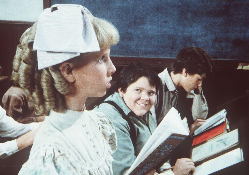 Elmer Miles (J. Brennan Smith, M.) hat sich in Nancy Oleson (Allison Balson, l.) verliebt. - Bildquelle: Worldvision