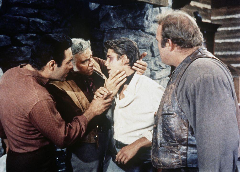 Nachdem Little Joe (Michael Landon, 2.v.r.) in eine Schlägerei geraten ist, nehmen Ben Cartwright (Lorne Greene, 2.v.l.), Adam (Pernell Roberts, l.)... - Bildquelle: Paramount Pictures