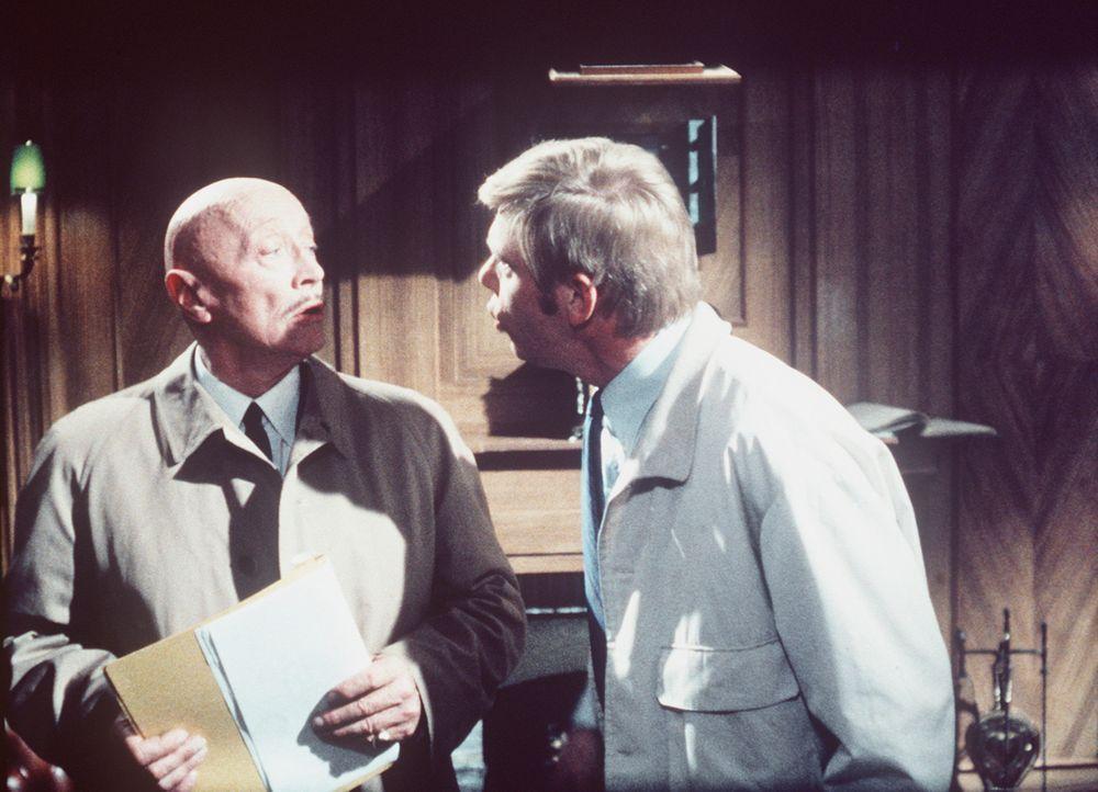 Sergeant Pepper (Uwe Friedrichsen, r.) versucht, Sir Arthur (Hubert von Meyerinck, l.) den Ernst der Lage klar zu machen, doch der will einfach nich... - Bildquelle: Constantin Film