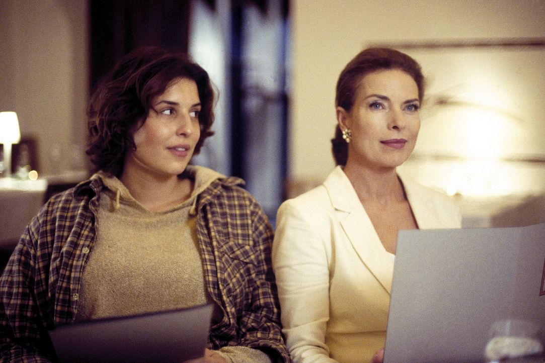 Mutter (Gudrun Landgrebe, r.) und Tochter (Elena Uhlig, l.) liegen sich ständig in den Haaren. Schönheit hat für Linda einen hohen Stellenwert, Cleo... - Bildquelle: Jander Sat.1
