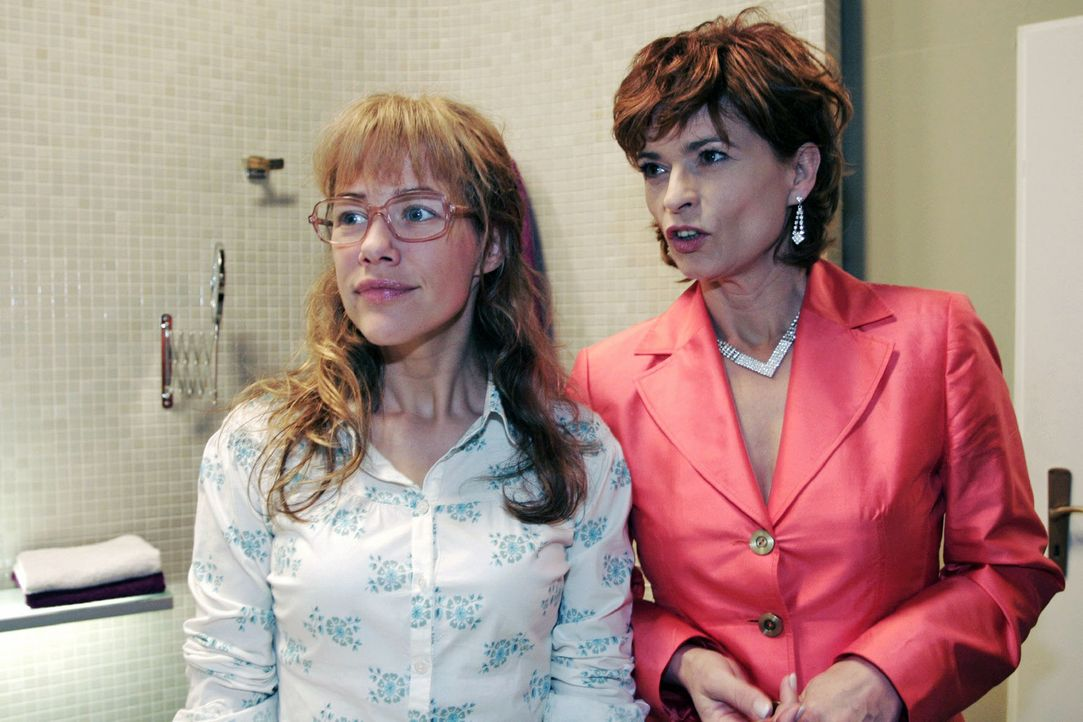 Lisa (Alexandra Neldel, l.) ist erstaunt, als Sophie (Gabrielle Scharnitzky, r.) sich reumütig zeigt. (Dieses Foto von Alexandra Neldel darf nur in... - Bildquelle: Noreen Flynn Sat.1