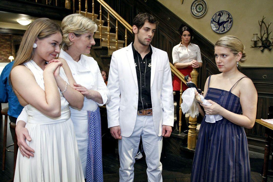 Anna ist wie vor den Kopf gestoßen, als sie von Katjas und Jonas' Eheschließung erfährt.  v.l.n.r.: Katja (Karolina Lodyga), Susanne (Heike Jonca),... - Bildquelle: Noreen Flynn Sat.1