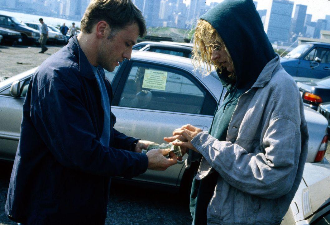 Privatdetektiv Moritz Fink (Christoph Waltz, l.) hat in Amerika die rechtmäßige Erbin (Desirèe Lavalette, r.) gefunden, die durch ihren Drogenkonsum... - Bildquelle: Lüders Sat.1