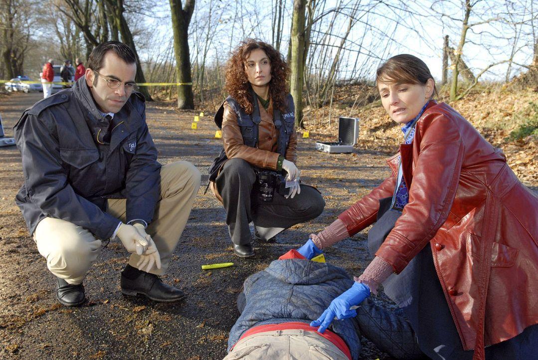 Judith (Proschat Madani, 2.v.l.), Marcus (Mathis Künzler, l.) und Dr. Stefanie Peters (Nicole Marischka, r.) gehen einem tragischen Fall von Fahrerf... - Bildquelle: Christoph Assmann Sat.1