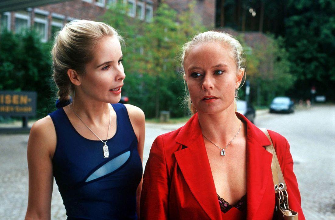 Helena Sterner (Sylvia Leifheit, l.) konfrontiert Erika Bühler (Susanne Lüning, r.) mit der Aussage, dass sie die Geliebte von ihrem Mann Robert ist... - Bildquelle: Norbert Kuhroeber Sat.1