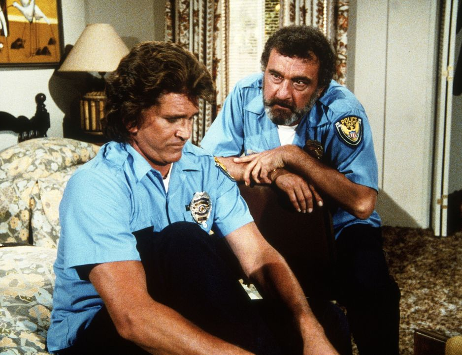 """Jonathan (Michael Landon, l.) und Mark (Victor French, r.) werden durch Beschluss von """"oben"""" Polizisten auf Zeit. - Bildquelle: Worldvision Enterprises, Inc."""