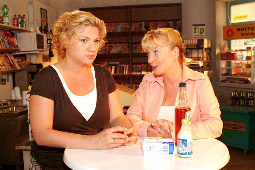 Agnes (Susanne Szell, l.) echauffiert sich bei Helga (Ulrike Mai, r.) über Boris. - Bildquelle: Monika Schürle Sat.1
