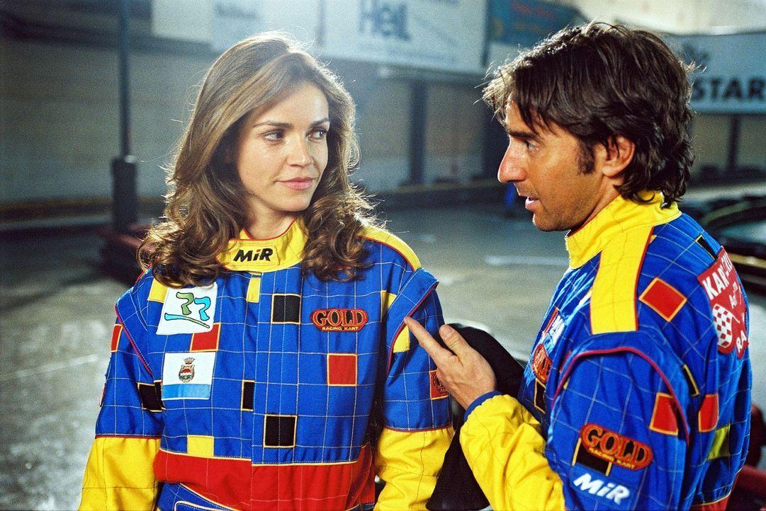Sandra (Rebecca Immanuel, l.) und Martin Rabe (Dieter Landuris, r.) treffen sich auf der Kart-Rennbahn - zu einem ganz besonderen Wettkampf ... - Bildquelle: Hardy Spitz Sat.1