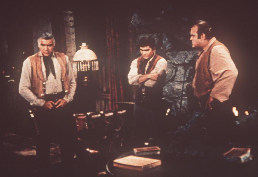 Niedergeschlagen eröffnet Ben Cartwright (Lorne Greene, l.) seinen Söhnen Little Joe (Michael Landon, M.) und Hoss (Dan Blocker, r.), dass er vor 20... - Bildquelle: Paramount Pictures