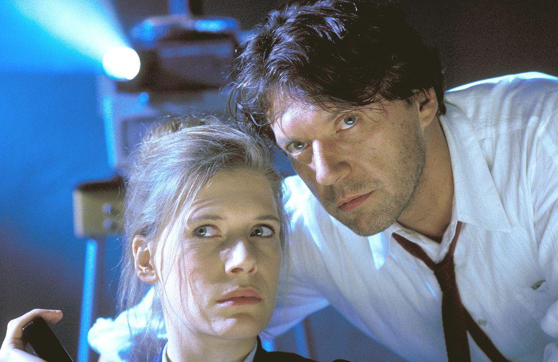 Kommissar Böhm (Helmut Berger, r.) und seine Kollegin Anja Bach (Ina Weisse, l.) heften sich an die Fersen eines brutalen Drogenbosses. Doch eine En... - Bildquelle: Thommy von Klier ProSieben