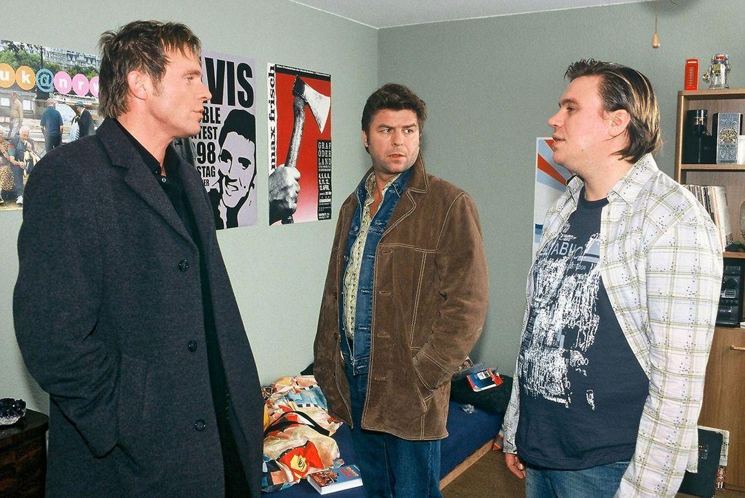 Einer der Elvis-Imitatoren, Benedict Mayer (Aljoscha Stadelmann, r.), wird in seiner Wohnung von Jupp (Uwe Fellensiek, M.) und Falk (Dirk Martens, l... - Bildquelle: Münstermann Sat.1