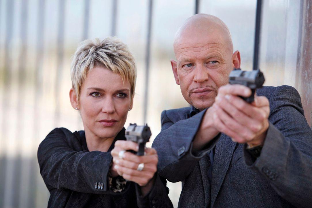 Die echten Kommissare Alexandra Rietz (l.) und Michael Naseband (r.) werden im Kampf gegen das Verbrechen täglich mit heiklen Aufgaben konfrontiert... - Bildquelle: Holger Rauner Sat.1