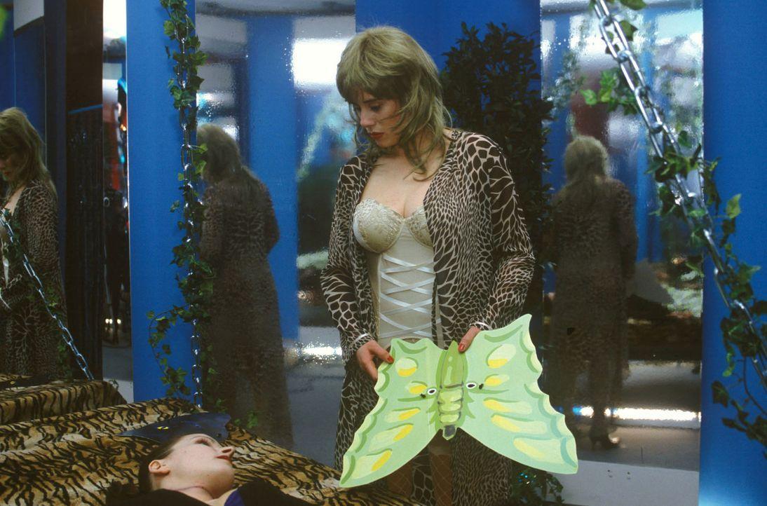 Olga (Sarah Jung, r.) beseitigt ihre Fingerabdrücke von der toten Susanne (Maria Kowalsky, l.). - Bildquelle: Magdalena Mate Sat.1