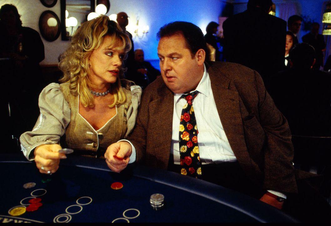 Martina Scherer (Lisa Fitz, l.) und Benno Berghammer (Ottfried Fischer, r.) treffen sich zu ihrem ersten Rendezvous in der Spielbank. Doch schon bal... - Bildquelle: Magdalena Mate Sat.1