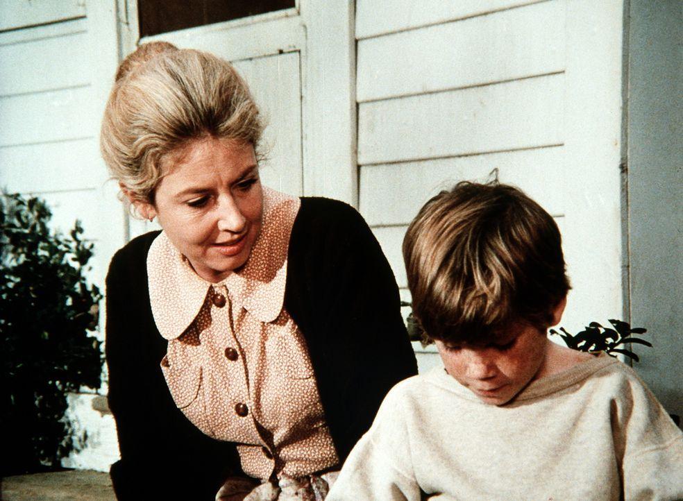 Olivia (Michael Learned, l.) versucht herauszufinden, warum ihr Feriengast, der Waisenjunge Stevie (Tiger Williams, r.), sich nicht bei ihnen wohlfü... - Bildquelle: WARNER BROS. INTERNATIONAL TELEVISION