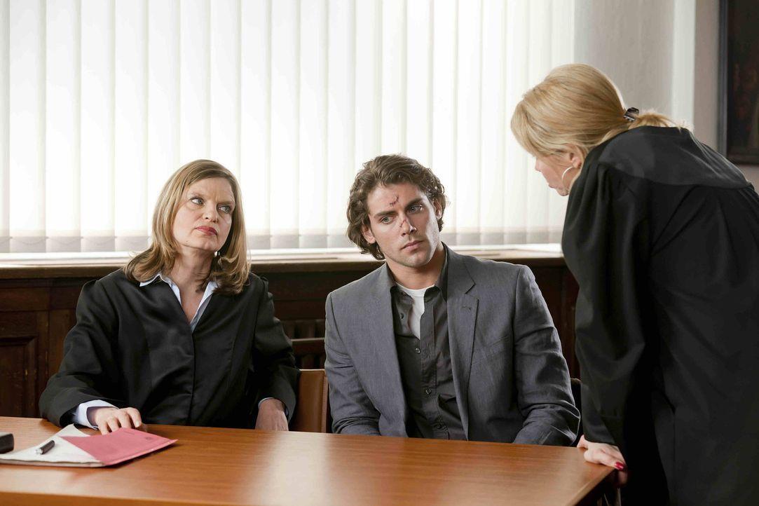 Danni versucht vor Gericht und vor Böttchers Anwältin (Kerstin Thielemann, l.) zu beweisen, dass Thomas Böttcher (Roy Peter Link, M.) aidskrank ist... - Bildquelle: Frank Dicks SAT.1