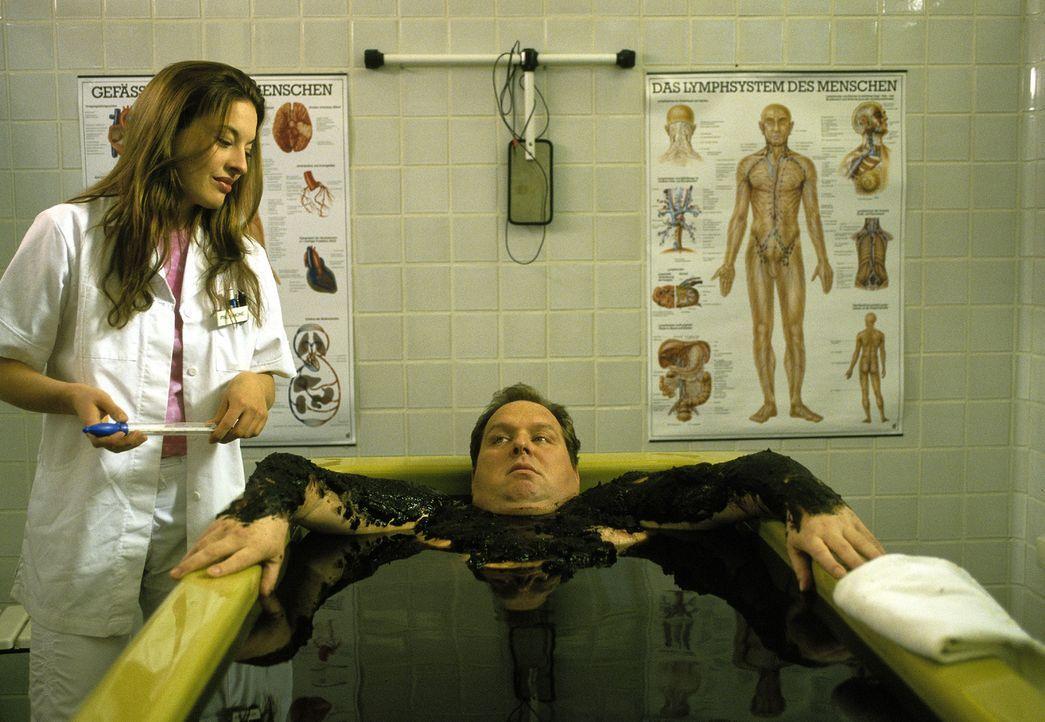 Physiotherapeutin Simone (Julia Dahmen, l.) flirtet mit Benno (Ottfried Fischer, r.). Aber ist sie auch der Unschuldsengel, als der sie auf den erst... - Bildquelle: Magdalena Mate Sat.1