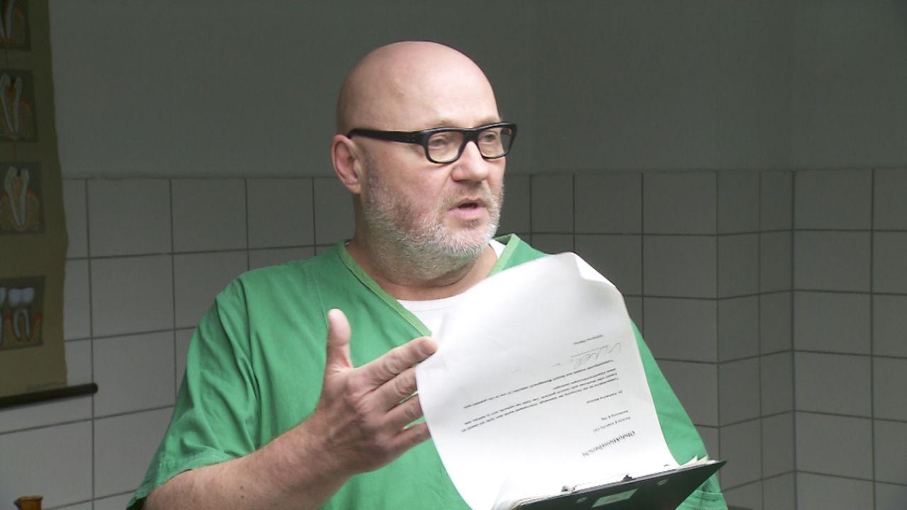 Gibt alles, um Kriminalfälle zu lösen: Manfred ... - Bildquelle: ProSieben/SAT.1