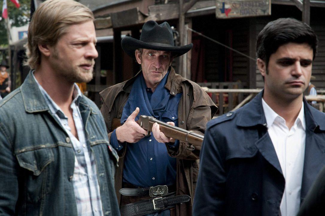 """Als in """"Lubbock Town"""", einem Wildwestverein mitten im Pott, ein Mord passiert, lernen Mick (Henning Baum, l.) und Andreas (Maximilian Grill, r.) sch... - Bildquelle: Martin Rottenkolber SAT.1"""