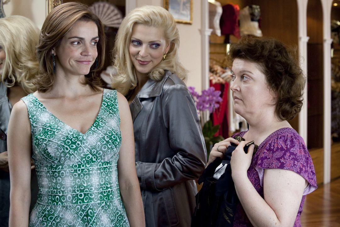Endlich shoppen ohne schlechtes Gewissen: Moni (Rebecca Immanuel, l.) und ihre Freundinnen Nicole (Nadja Petri, M.) und Sabine (Dagmar Sachse, r.).... - Bildquelle: Oliver Vaccaro SAT.1