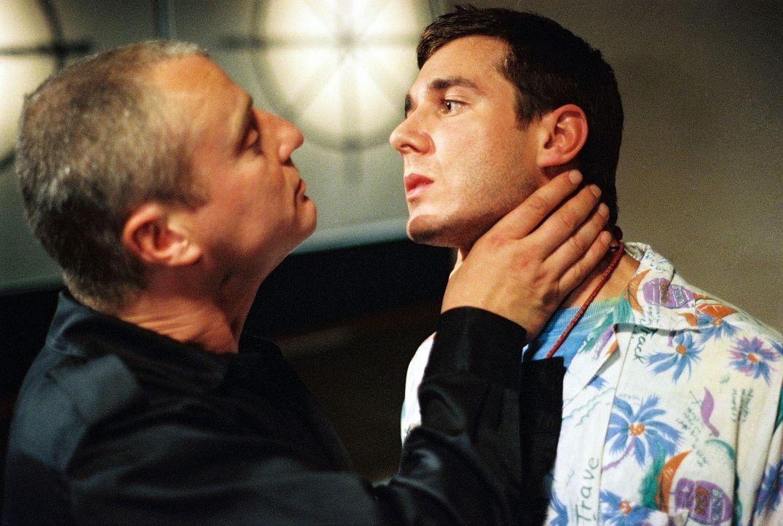 Brunner (Filip Peeters, l.) beginnt seinen Rachefeldzug gegen Kathrin mit dem Mord an ihrem besten Freund David (Jochen Schropp, r.) - Bildquelle: Wolfgang Jahnke Sat.1