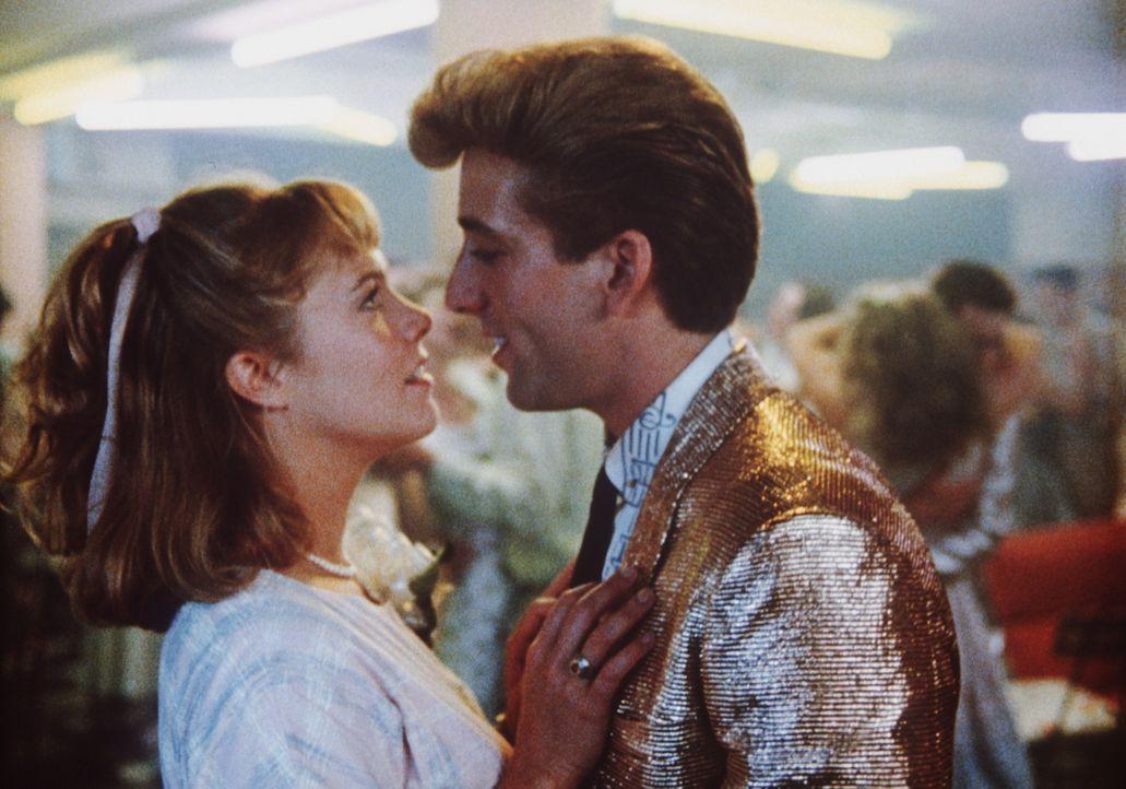 Obwohl sie um ihr Schicksal weiß, gerät Peggy Sue (Kathleen Turner, l.) auch in der Vergangenheit immer wieder an Charlie (Nicolas Cage, r.), ihren... - Bildquelle: TriStar Pictures