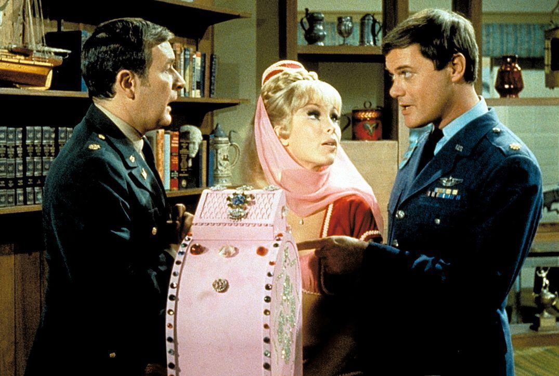 Jeannie (Barbara Eden, M.) hat einen Apparat gezaubert, in dem man die Zukunft sehen kann. Roger (Bill Daily, l.) und Tony (Larry Hagman, r.) wollen... - Bildquelle: Columbia Pictures