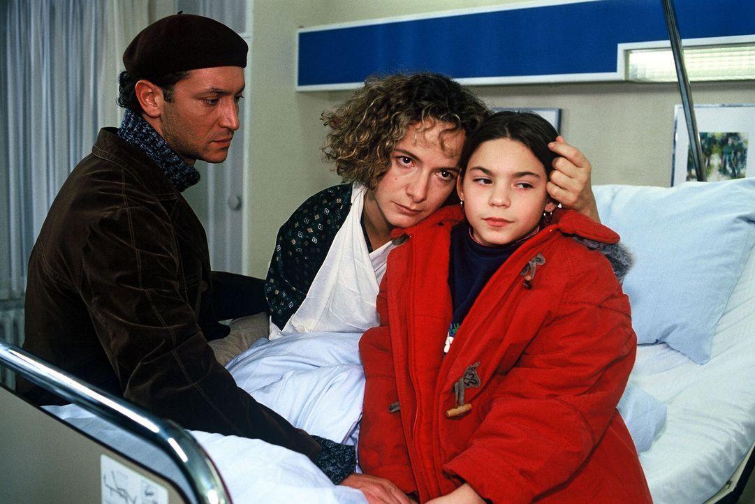 Nur schwer können Marcello (Antonio Paradiso, l.), Gundi (Karina Thayenthal, M.) und Fabrizios Tochter Lilly Tondoni (Francesca Azara, r.) den Schi... - Bildquelle: Noreen Flynn Sat.1