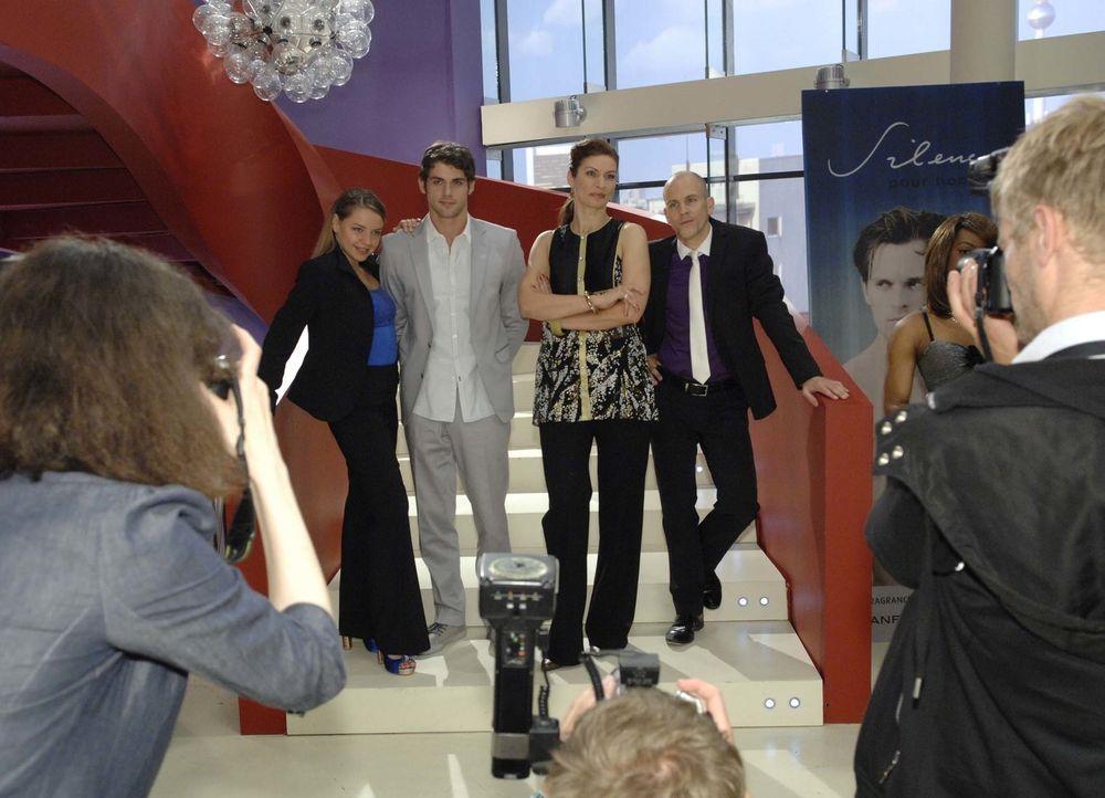 Bei einem offiziellen Fotoshooting demonstrieren die Brodas vermeintliche Einheit: (v.l.n.r.): Katja (Karolina Lodyga), Jonas (Roy Peter Link), Nata... - Bildquelle: Claudius Pflug Sat.1