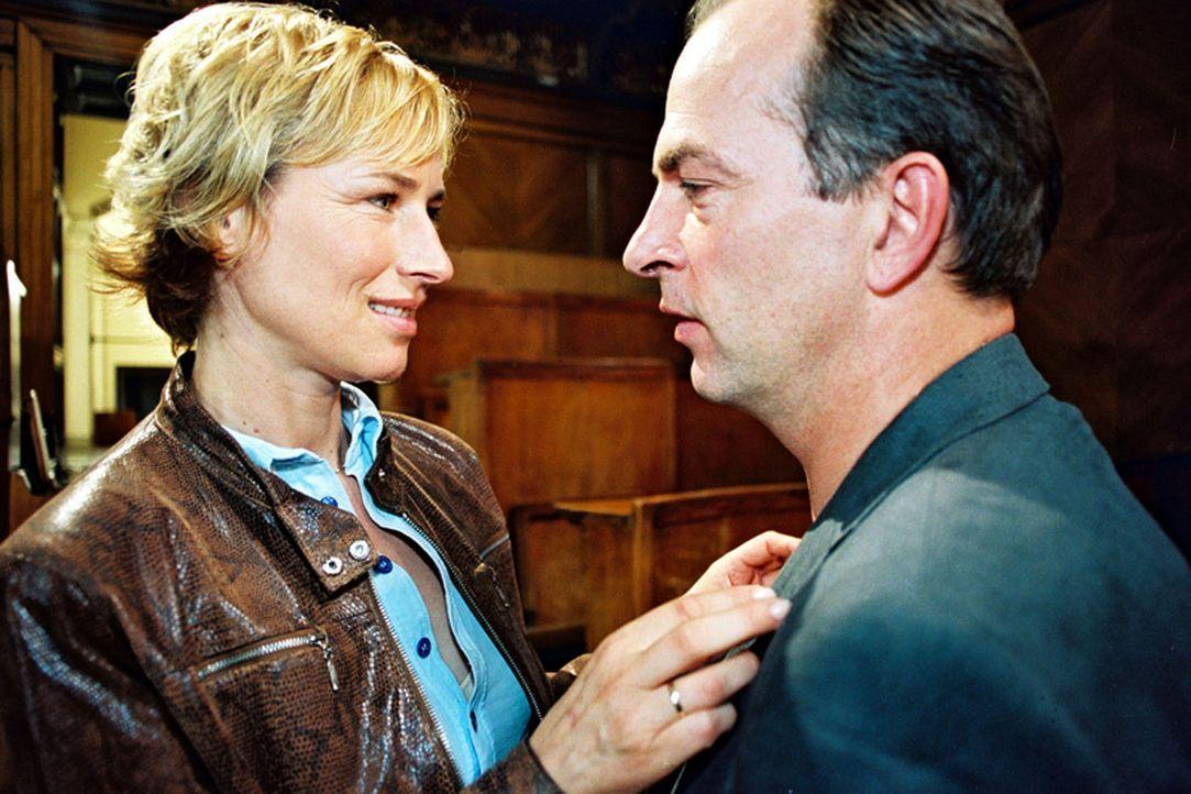 Gegensätze ziehen sich an! So ist es bei Eva Blond (Corinna Harfouch, l.) und ihrem Mann Professor Richard Vester (Herbert Knaup, r.). - Bildquelle: Volker Roloff Sat.1