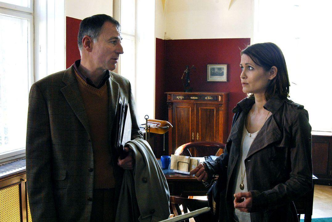 Maren (Anja Kling, r.) kann nicht begreifen, dass Direktor Pagel (Thomas Schendel, l.) die Drohungen nicht ernst nimmt. - Bildquelle: Oliver Feist Sat.1