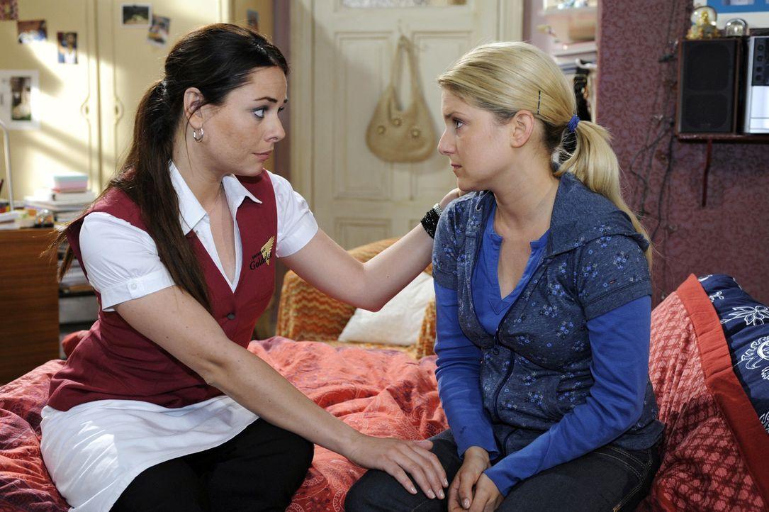 Paloma (Maja Maneiro, l.) versucht Anna (Jeanette Biedermann, r.) zu trösten - nicht ahnend, dass diese schon einen Entschluss gefasst hat ... - Bildquelle: Oliver Ziebe Sat.1