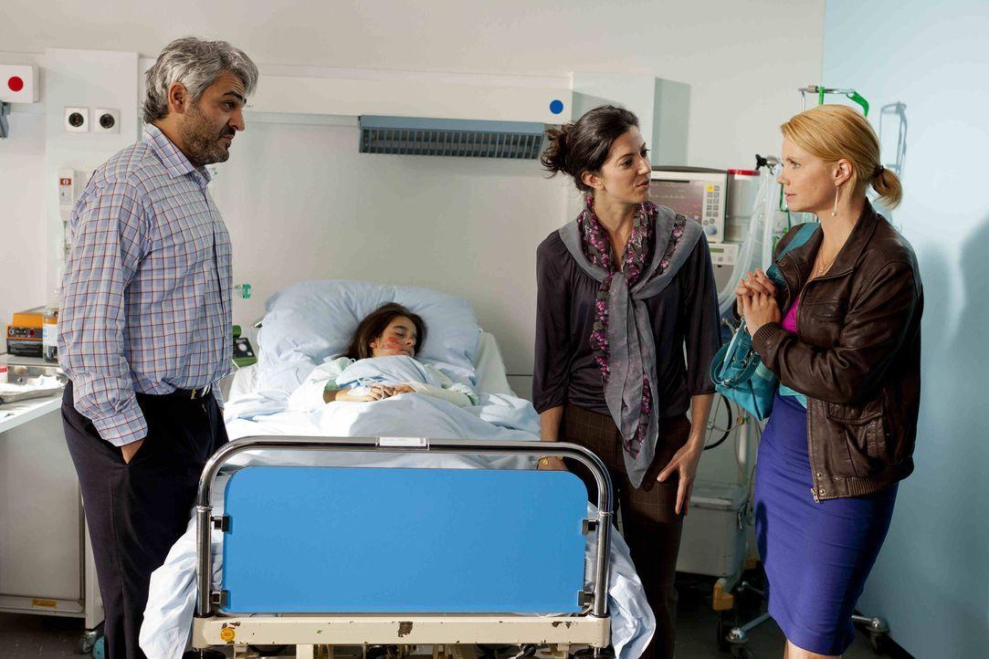 Wird Danni (Annette Frier, r.) ihrem Mandanten helfen können, indem sie mit Erdogan (Ulas Kilic, l.) und Fatima Celik (Suzan Demircan, 2.v.r.), den... - Bildquelle: Frank Dicks SAT.1