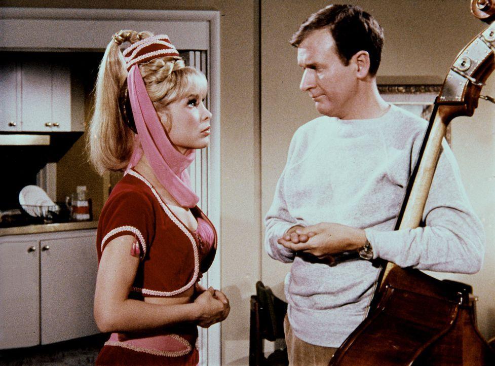 Roger (Bill Daily, r.) will Jeannie (Barbara Eden, l.) gern für sich gewinnen ... - Bildquelle: Columbia Pictures