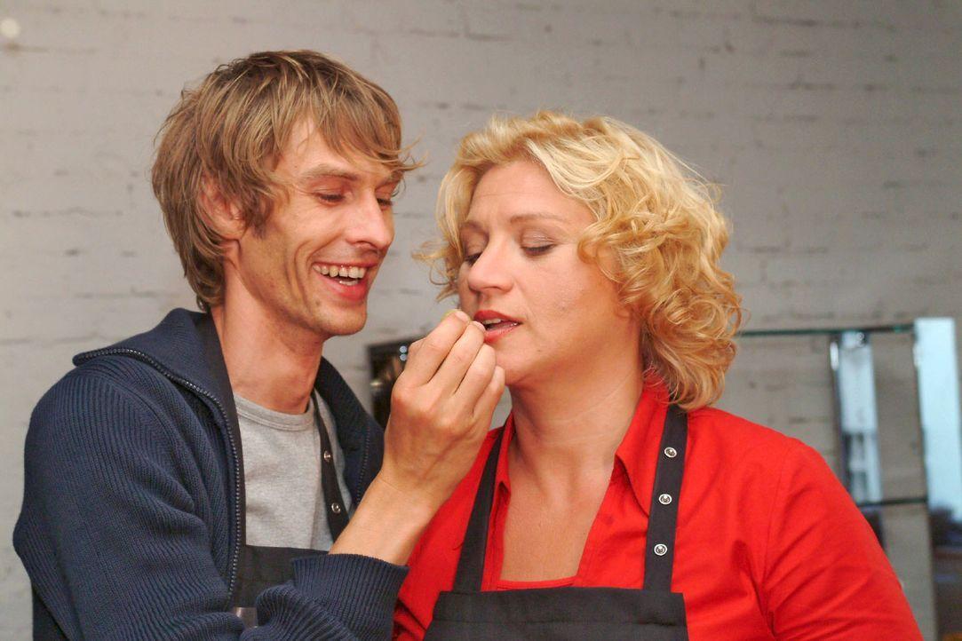 Noch lässt sich Agnes (Susanne Szell, r.) von Boris (Matthias Rott, l.) kulinarisch verwöhnen ... - Bildquelle: Monika Schürle Sat.1