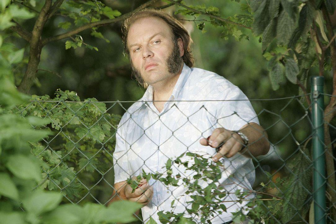 Nachbar Dehler (Waldemar Kobus) lag mit Eddy Klemm wegen der ständigen Rasenmäherei häufig im Clinch - aber ist das schon ein Mordmotiv? - Bildquelle: Frank Dicks Sat.1