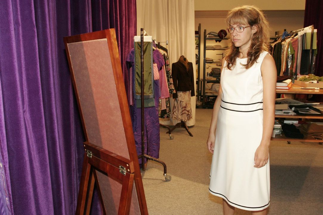 """Nachdem sie von Jürgen als unfraulich bezeichnet wurde, probiert Lisa (Alexandra Neldel) einige Kleider an, um in einem """"sexy"""" Outfit Jürgen beim Tu... - Bildquelle: Noreen Flynn Sat.1"""