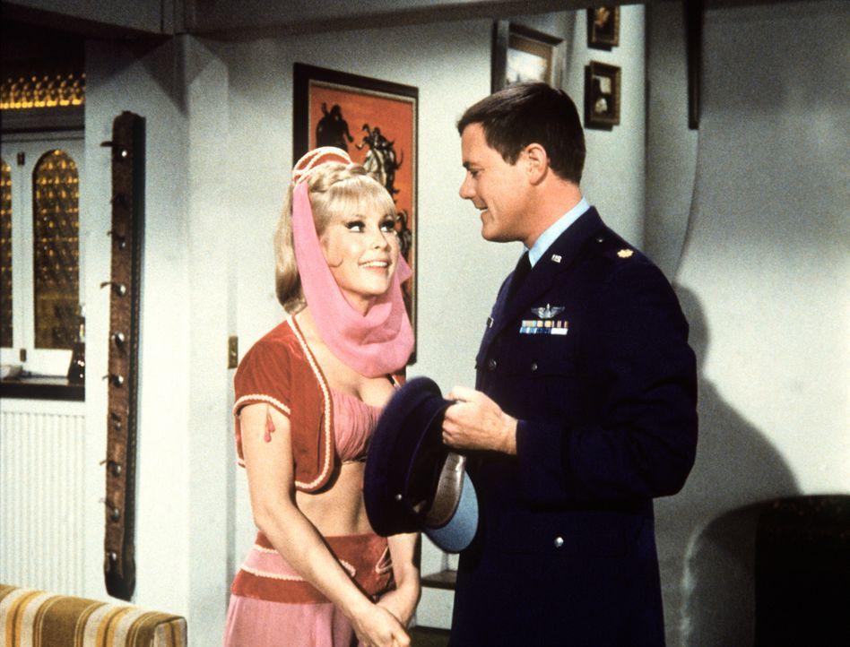 Als Tony (Larry Hagman, r.) ankündigt, Besuch zu bekommen, gibt Jeannie (Barbara Eden, l.) vor, zu ihrer kranken Mutter eilen zu müssen. - Bildquelle: Columbia Pictures