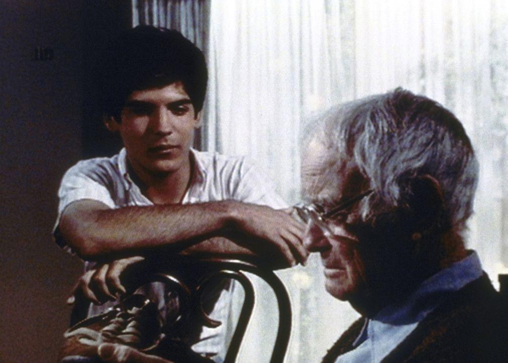 Matt (Matthew Laborteaux, l.) kümmert sich aufopferungsvoll um seinen Großvater Harry (Lew Ayres, r.). - Bildquelle: Worldvision Enterprises, Inc.