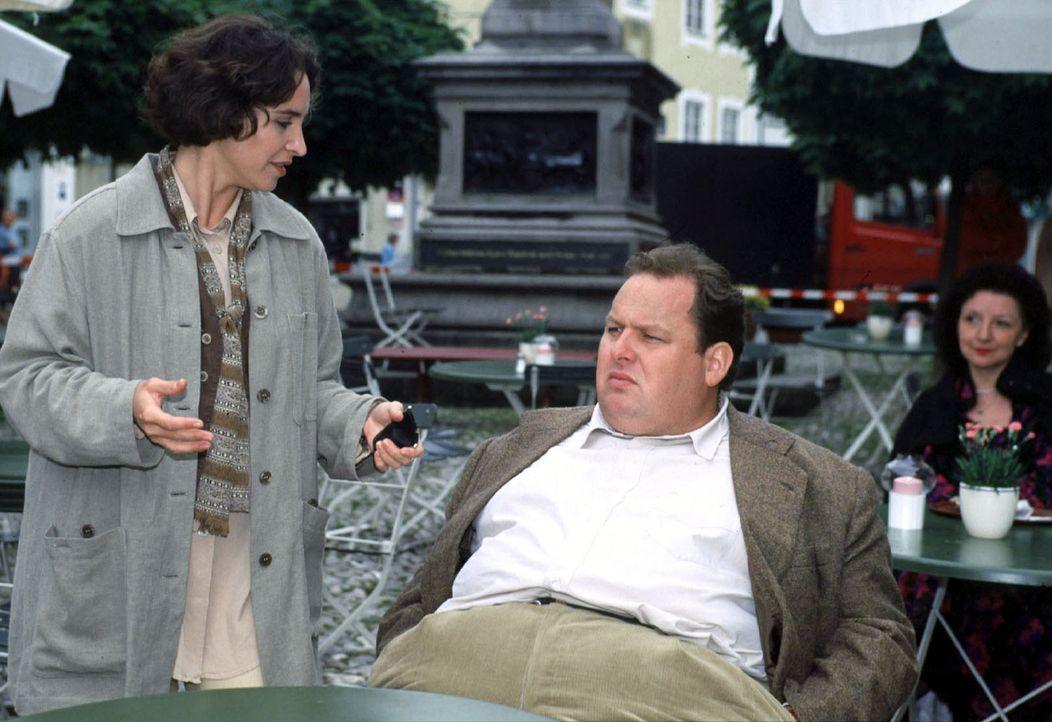 Für Benno (Ottfried Fischer, r.) und Sabrina (Katerina Jacob, l.) steht fest: Die Mafia hat sich auch in Bad Tölz eingenistet ... - Bildquelle: Magdalena Mate Sat.1