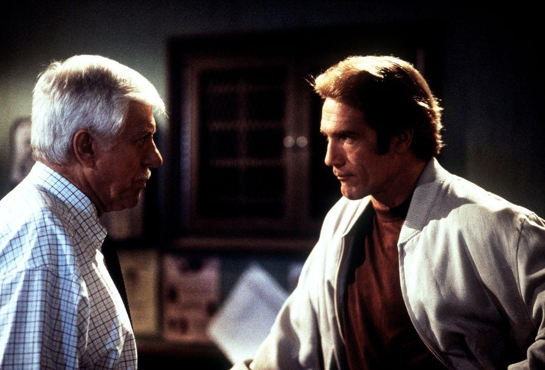 Dr. Sloan (Dick Van Dyke, l.) und Steve (Barry Van Dyke, r.) diskutieren darüber, ob Senator Watson tatsächlich seine Frau Janet umgebracht hat. - Bildquelle: Viacom