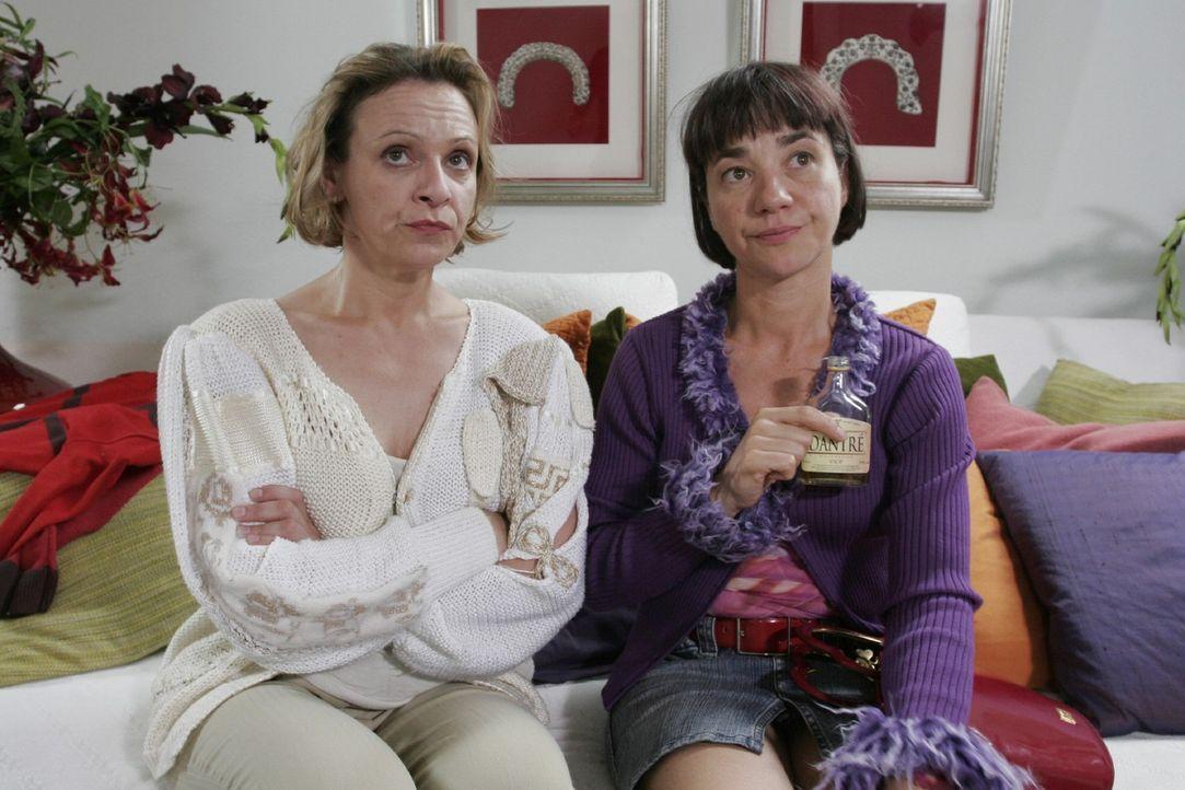 Für Yvonne (Anja Franke, r.) und Lisa (Heike Hanold-Lynch, l.) bedeutete der Strickjob eine neue Chance im Leben. Ist jetzt alles wieder aus? - Bildquelle: Noreen Flynn Sat.1