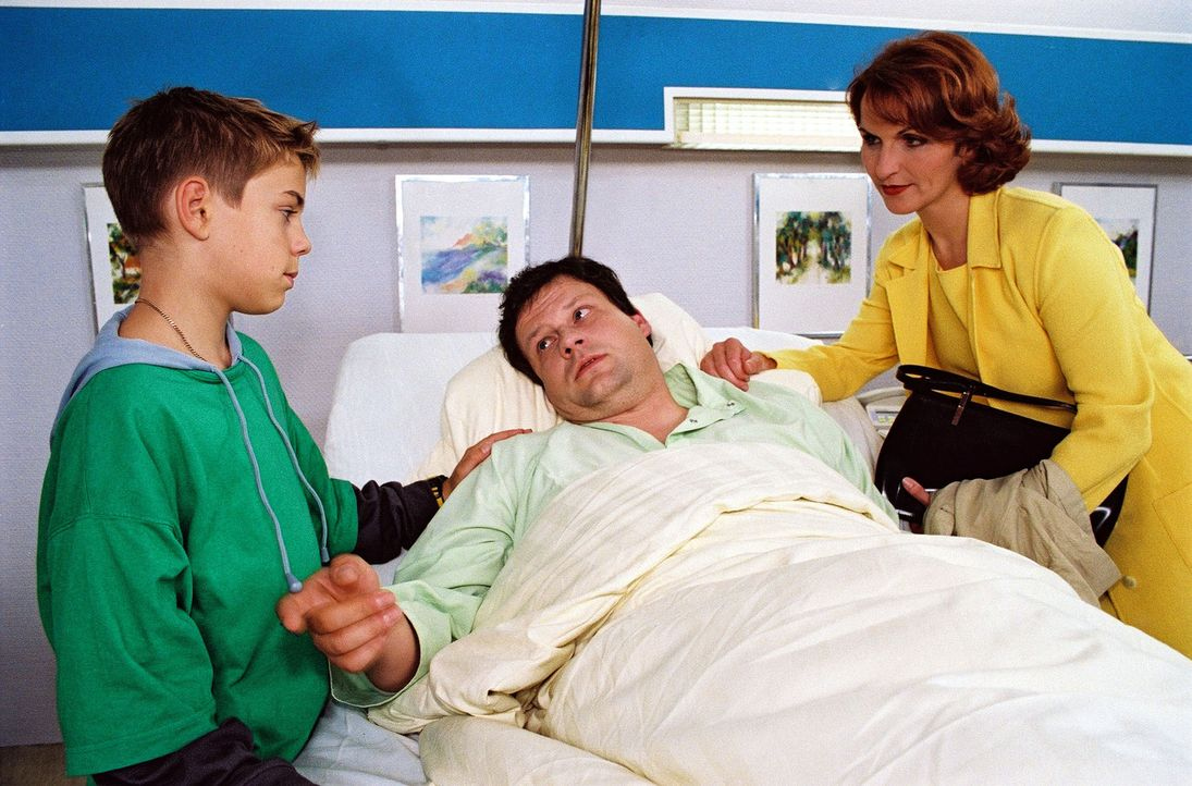 Voller Hoffnung beobachtet der 14-jährige Vincent Petermann (Marco Bretscher, l.) die Begegnung seiner Eltern am Krankenbett von Vater Dirk (Ulrich... - Bildquelle: Noreen Flynn Sat.1